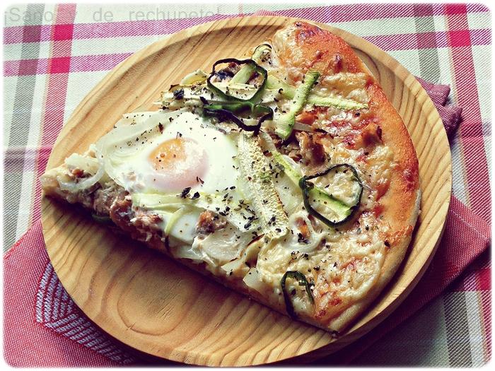 Pizza vegetal con salmón y dos huevos. La masa de pizza ideal ...