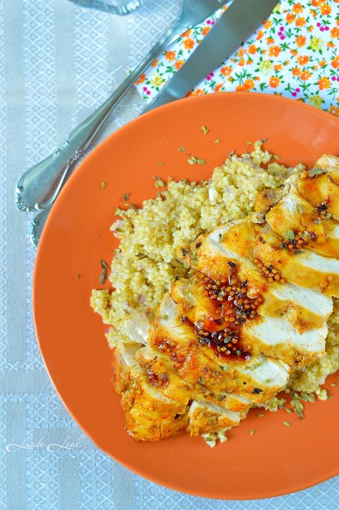 Pechuga de pollo con salsita de miel, mostaza y guindilla.