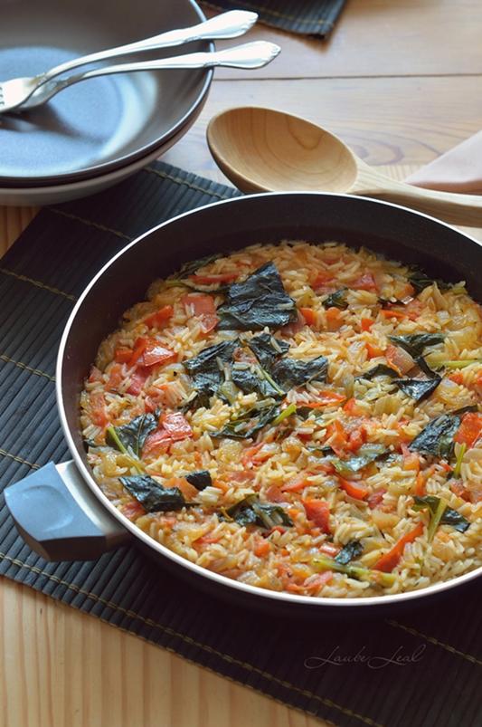 Arroz vegano con tomate, cebolla caramelizada y hojas de colinabo