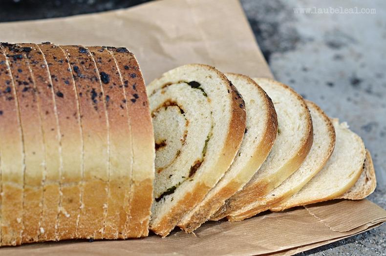 Pan relleno de tomates secos, aceitunas negras y perejil