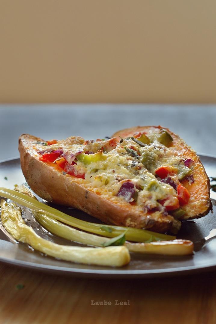 Batata asada con verduras y gratinada